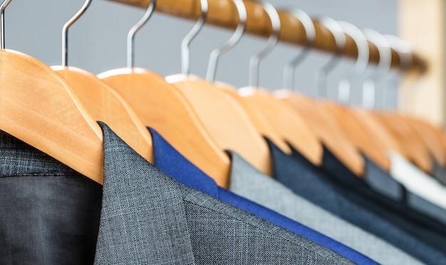 Herrenhemden, anzug hängt am gestell. kleiderbügel jacken an ihnen in der boutique