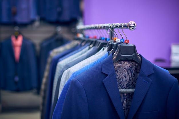 Herrenjacken auf kleiderbügeln im herrengeschäft