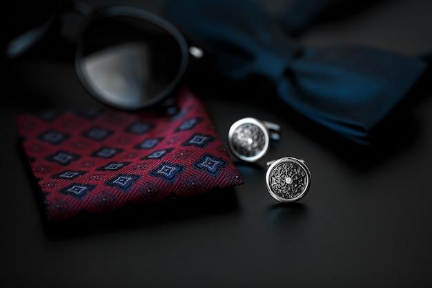 Herrenmanschettenknöpfe mit manschettenknöpfen und sonnenbrille