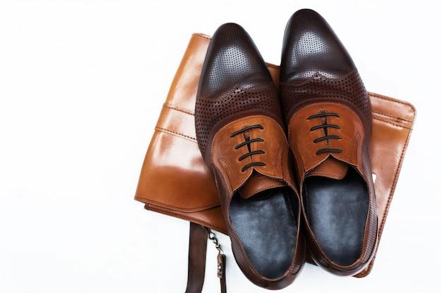 Herrenmode mit braunen lederschuhen und business-tasche