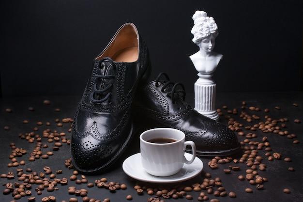 Herrenschuhe und eine tasse kaffee