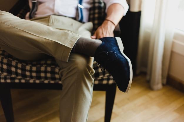 Herrenschuhe zum anziehen, indem sie den tag der hochzeit wählen
