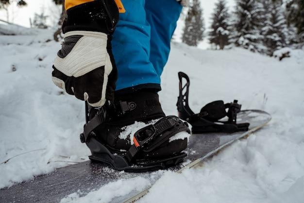 Herrenstiefel und snowboard freerider in den bergen. wintersport, freizeit-outdoor-lifestyle.
