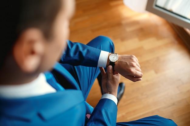 Herrenuhr auf seiner handnahaufnahme