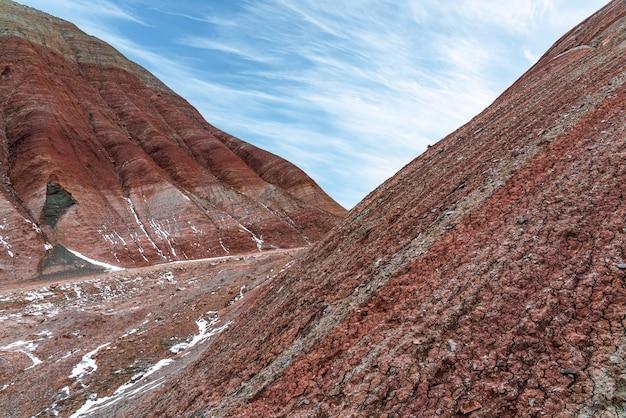 Herrlich gestreifte rote berge im winter