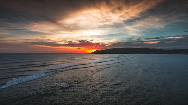 Herrliche ansicht des friedlichen ozeans bei sonnenuntergang, gefangen in lombok, indonesien