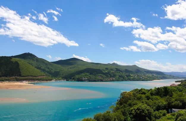 Herrliche aussicht auf das biosphärenreservat urdaibai mit blauem himmel der berge im baskenland