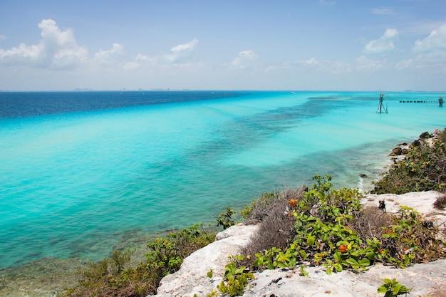 Herrliche aussicht auf das karibische meer mit türkisfarbenem und blauem wasser von der insel isla mujeres mexiko