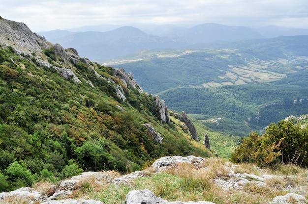 Herrliche berglandschaft in den pyrenäen an der grenze zwischen frankreich und spanien
