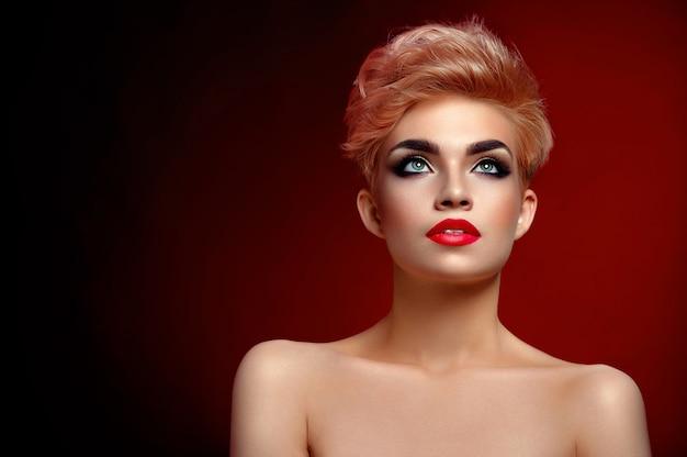 Herrliche junge rote lippige frau mit kurzem haarschnitt