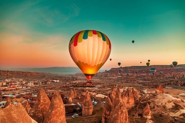 Herrliche morgendämmerung mit heißluftballons.