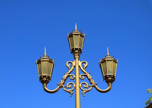 Herrliche straßenlaterne gegen vibrierenden blauen klaren himmel von buenos aires, argentinien