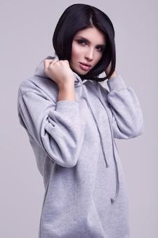 Herrlicher blauer hoodie der brunettefrau in mode