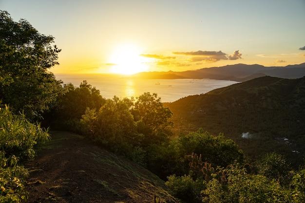 Herrlicher blick auf den schönen sonnenaufgang über dem meer im bergtal stockfoto