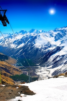 Herrlicher blick auf die seilbahn in die berge. elbrus