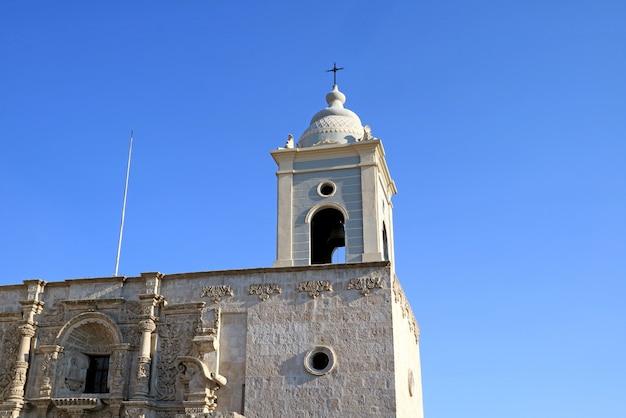 Herrlicher glockenturm und fassade der kirche des heiligen augustinus in arequipa, peru