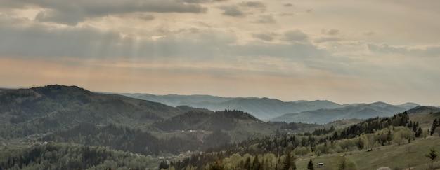 Herrlicher panoramablick auf den nadelwald auf den mächtigen karpaten und auf den schönen hintergrund des blauen himmels. schönheit der wilden jungfräulichen ukrainischen natur. friedlichkeit