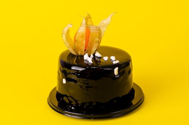 Herrlicher schwarzer schokoladenkuchen überstiegen mit schwarzem samt