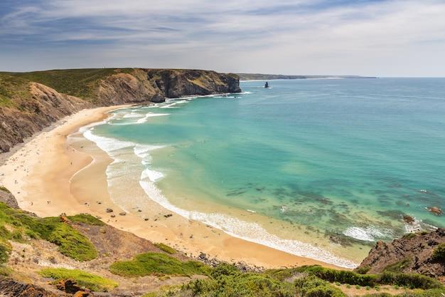 Herrlicher strand von arrifana zum surfen in portugal. algarve