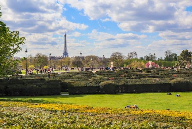 Herrlicher tuileriengarten des louvre-palastes im frühling paris frankreich april