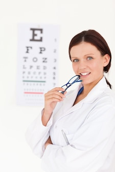 Herrlicher weiblicher optiker mit einem sehtest