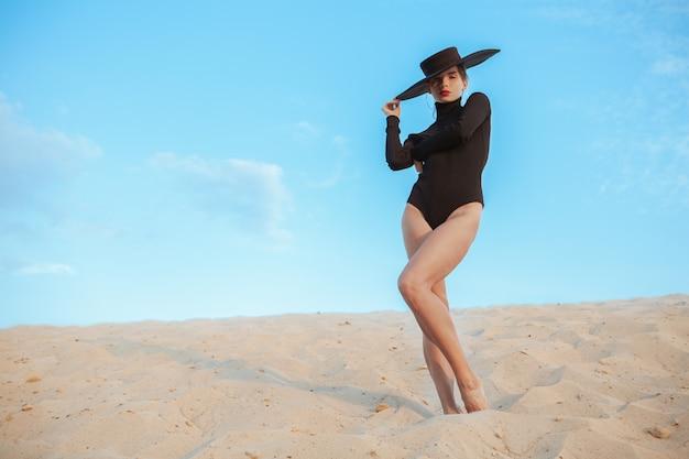Herrliches sexy frauentanzen auf dem sand in der wüste