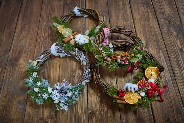 Hersteller von weihnachtsdekor mit eigenen händen. weihnachtskranz für die feiertage. die neujahrsfeier. meisterkurs über dekorative ornamente