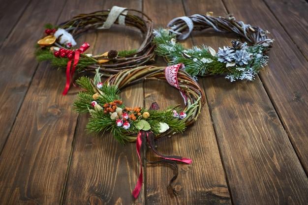 Hersteller von weihnachtsdekor mit ihren eigenen händen. weihnachtskranz für den urlaub. das neujahrsfest. meisterklasse für dekorative ornamente
