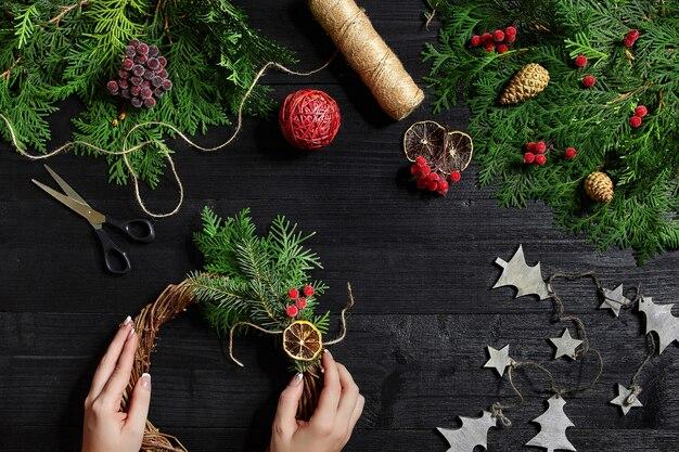 Hersteller von weihnachtsdekoration mit eigenen händen weihnachtskranz für den urlaub das neue jahr ...