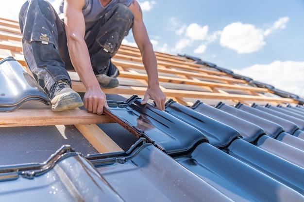 Herstellung des daches eines familienhauses aus keramikfliesen