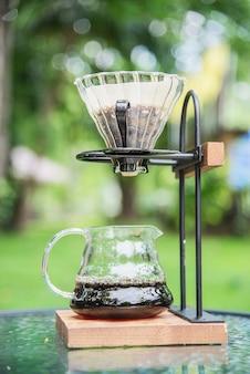 Herstellung des filterkaffees in der weinlesekaffeestube mit grüner gartennatur