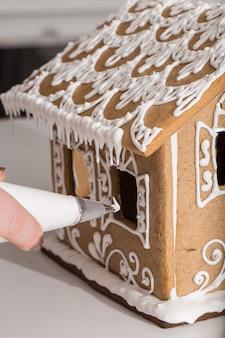 Herstellung des weihnachtslebkuchenhauses. hausgemachte lebkuchenhaus