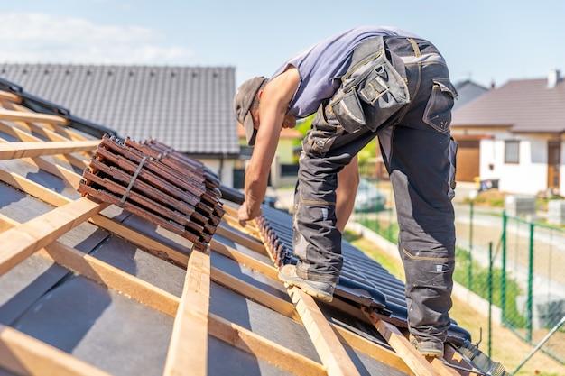 Herstellung von dächern aus keramikziegeln auf einem familienhaus. Premium Fotos