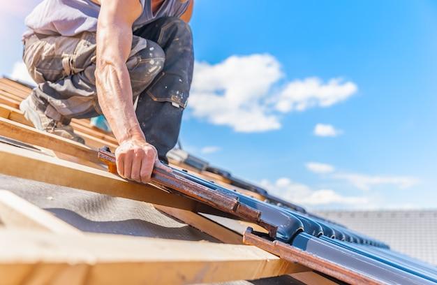 Herstellung von dächern aus keramikziegeln auf einem familienhaus.