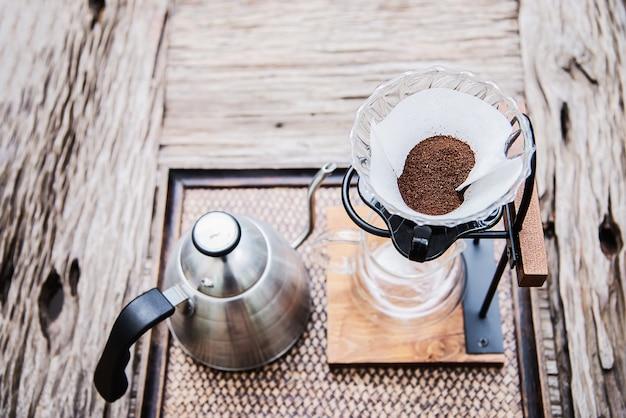 Herstellung von filterkaffee in der weinlesekaffeestube