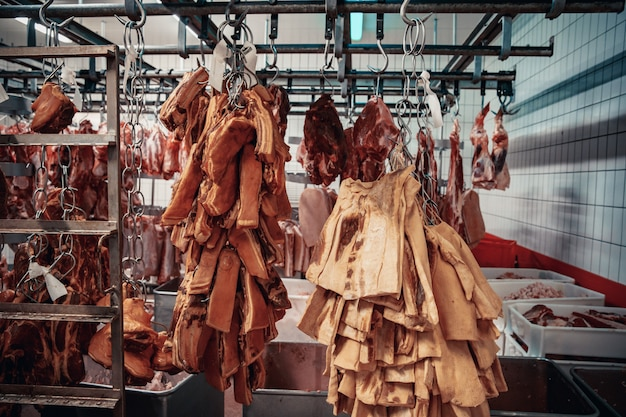 Herstellung von fleischprodukten im supermarkt im supermarkt.
