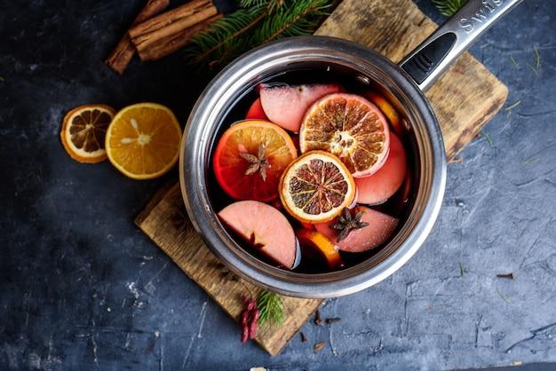 Herstellung von glühwein mit heißem alkohol zum verkauf auf der landmesse