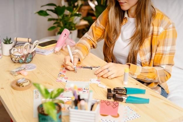 Herstellung von handgemachter karte aus papier. diy, hobbykonzept, geschenkidee, dekor mit