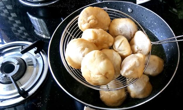 Herstellung von indischem traditionellem würzigem streetfood kachori