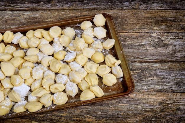 Herstellung von knödeln aus mehl und fleisch traditionelle slawische nationale lebensmittel rohe knödel