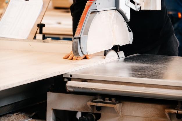 Herstellung von möbelprodukten in einer möbelfabrik