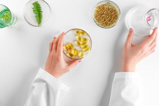 Herstellung von pflanzlichen nahrungsergänzungsmitteln im labor mit pflanzenblättern. gesundheits- und schönheitskonzept