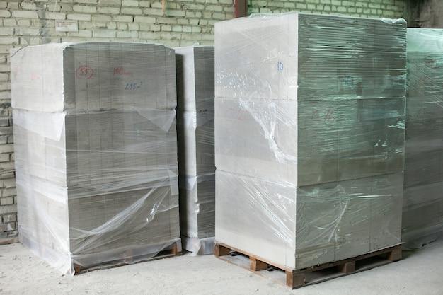 Herstellung von schaumbetonsteinen. leichtbauziegel. leichter geschäumter gipsblock.