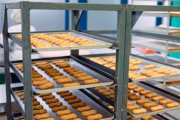 Herstellung von shortbread-keksen in einer süßwarenfabrik.