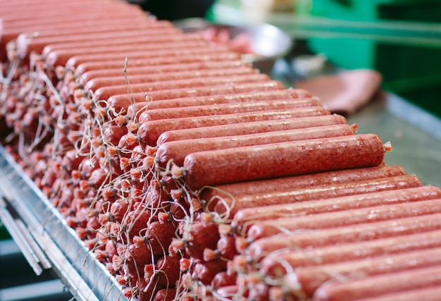 Herstellung von würsten, lebensmittelproduktion in der fabrik.