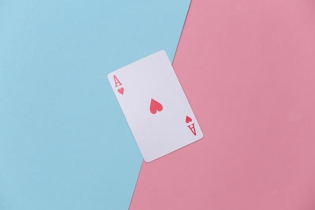 Herz-ass auf rosa blauem hintergrund.