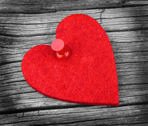 Herz auf einer hölzernen beschaffenheit