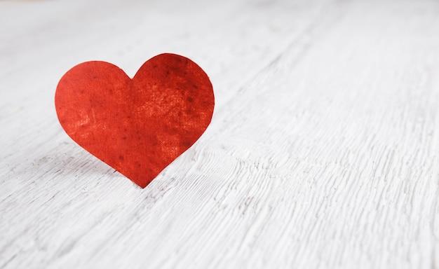 Herz auf weißer holzoberfläche