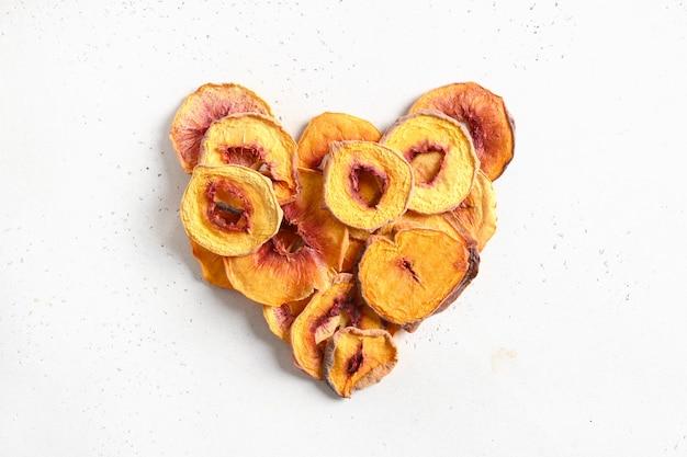 Herz aus getrocknetem pfirsichscheiben