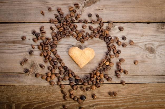 Herz aus kaffeebohnen und keksen-herz